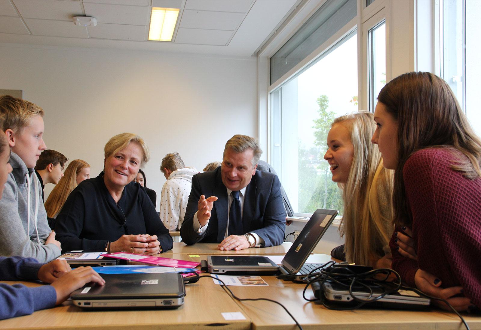 Bilde fra lanseringen av husfred.no – snakk om spill på Engebråten skole. Med kulturminister Thorhild Widvey
