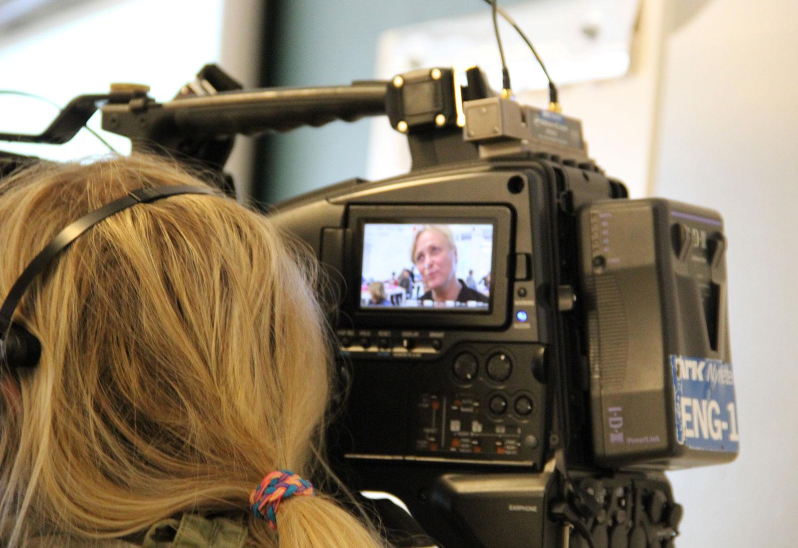 Bilde fra lanseringen av husfred.no – snakk om spill på Engebråten skole. Intervju med kulturminister Widvey