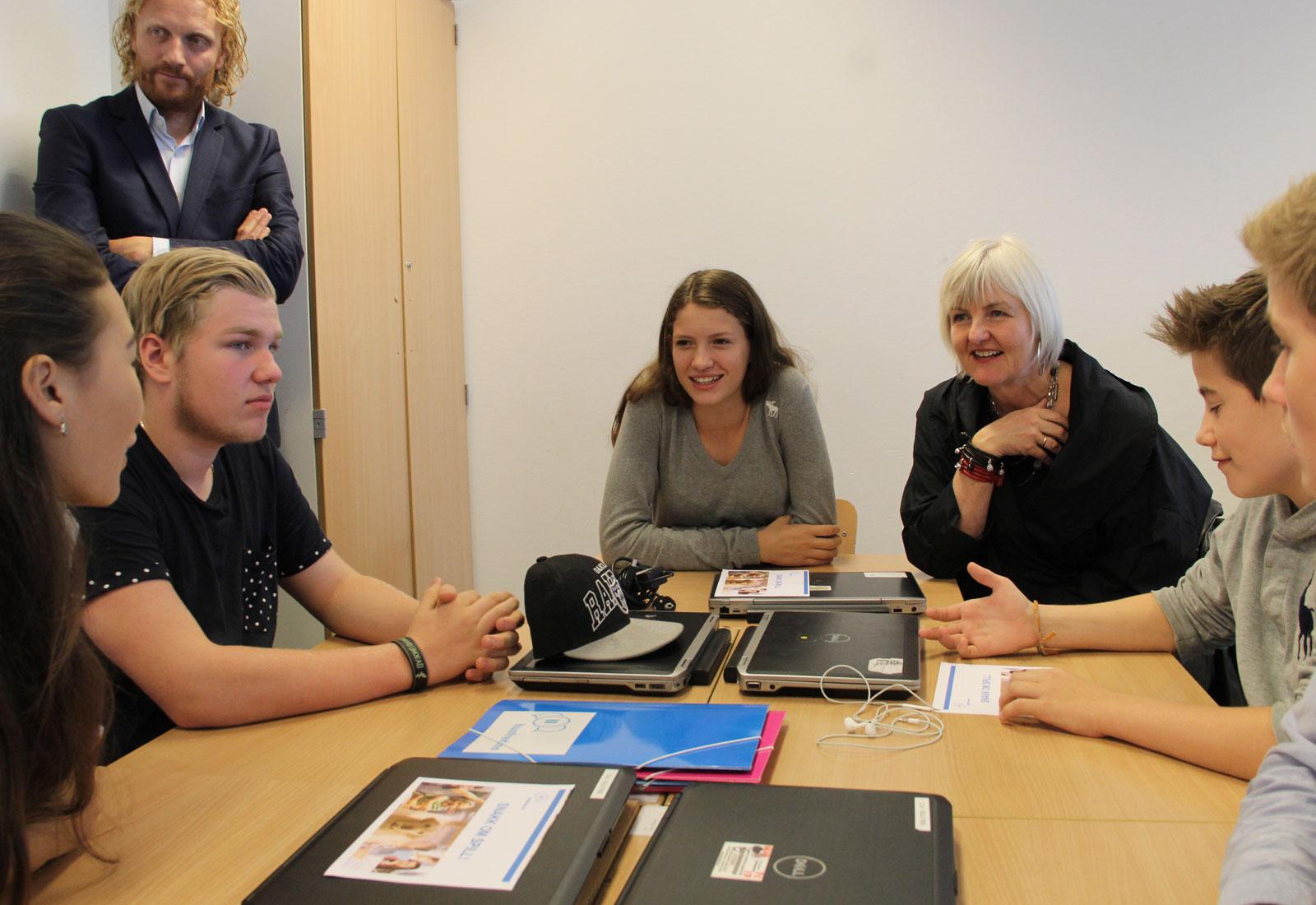 Bilde fra lanseringen av husfred.no – snakk om spill på Engebråten skole. Med fylkesmann Valgerd Svarstad Haugland.